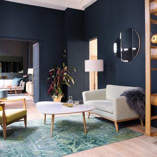 Idées déco pour un salon contemporain avec une salle de réception, un sol en bois clair et un mur bleu.