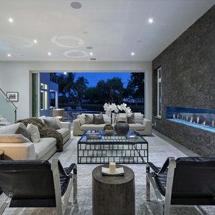 Ispirazione per un ampio soggiorno moderno aperto con sala formale, pareti bianche, parquet chiaro, nessuna TV, camino lineare Ribbon e cornice del camino in pietra