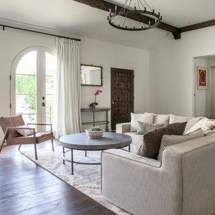 Diseño de salón para visitas abierto, mediterráneo, sin televisor, con paredes rojas y suelo de madera oscura