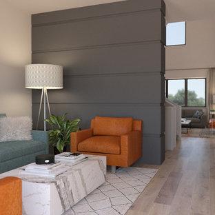 Mittelgroßes, Offenes Retro Wohnzimmer mit beiger Wandfarbe, hellem Holzboden und beigem Boden in Salt Lake City