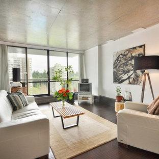 Mittelgroßes, Offenes Modernes Wohnzimmer ohne Kamin mit freistehendem TV, weißer Wandfarbe und dunklem Holzboden in Vancouver