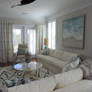 他の地域の中くらいのビーチスタイルのおしゃれな独立型リビング (ベージュの壁、淡色無垢フローリング、暖炉なし、ベージュの床) の写真