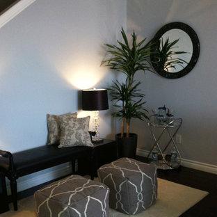 Foto di un soggiorno classico di medie dimensioni e aperto con pareti grigie, parquet scuro, TV autoportante, nessun camino e pavimento marrone