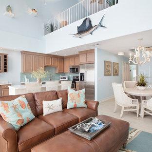 マイアミの中くらいのビーチスタイルのおしゃれなLDK (青い壁、暖炉なし、据え置き型テレビ、ベージュの床) の写真