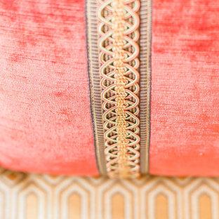 Idee per un grande soggiorno american style chiuso con sala formale, pareti beige, pavimento in legno massello medio, camino classico, cornice del camino in pietra e TV nascosta