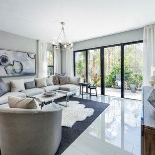 Foto de salón para visitas abierto, pequeño, sin chimenea, con paredes grises, suelo de baldosas de cerámica, televisor colgado en la pared y suelo blanco