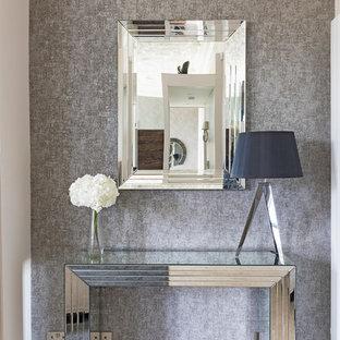 ロンドンの巨大なコンテンポラリースタイルのおしゃれなリビング (白い壁、標準型暖炉、テレビなし、白い床) の写真