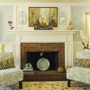 Foto di un soggiorno chic con pareti blu e cornice del camino in mattoni