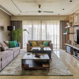 ムンバイのコンテンポラリースタイルのおしゃれなリビング (ベージュの壁、据え置き型テレビ、ベージュの床) の写真