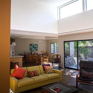 サンフランシスコの中サイズのミッドセンチュリースタイルのおしゃれなLDK (フォーマル、グレーの壁、濃色無垢フローリング、暖炉なし、壁掛け型テレビ、茶色い床) の写真