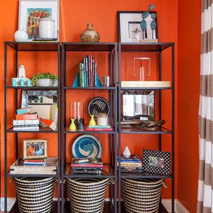 Idee per un piccolo soggiorno contemporaneo aperto con pareti arancioni, parquet chiaro e nessun camino