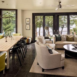 Immagine di un piccolo soggiorno minimal aperto con pareti bianche, pavimento in marmo, TV a parete, camino sospeso e cornice del camino in metallo