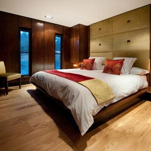 Foto di un soggiorno minimal di medie dimensioni e chiuso con sala formale, pareti marroni, pavimento in legno massello medio, camino classico e TV a parete