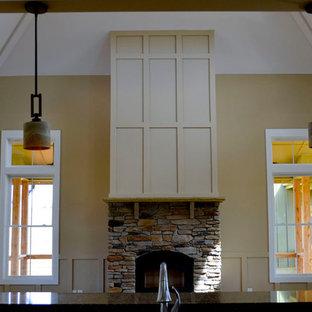 ローリーの大きいコンテンポラリースタイルのおしゃれな独立型リビング (フォーマル、黄色い壁、暖炉なし、埋込式メディアウォール) の写真