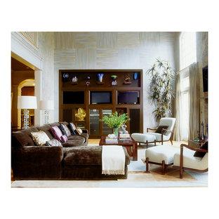 Imagen de salón abierto, actual, extra grande, con paredes multicolor, pared multimedia y tatami