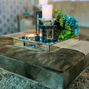 Foto di un soggiorno design di medie dimensioni e aperto con sala formale, pareti grigie, pavimento in legno massello medio, camino sospeso e cornice del camino in metallo
