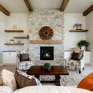 Esempio di un grande soggiorno stile americano aperto con sala formale, pareti beige, parquet chiaro, camino classico, cornice del camino in pietra, nessuna TV e pavimento beige