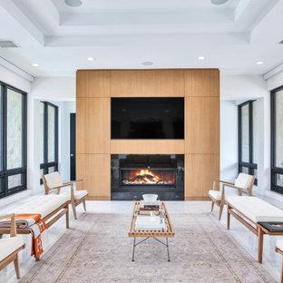 タンパの中サイズのコンテンポラリースタイルのおしゃれなLDK (大理石の床、木材の暖炉まわり、白い床、白い壁、横長型暖炉、埋込式メディアウォール) の写真