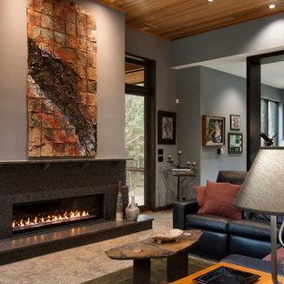 他の地域の大きいコンテンポラリースタイルのおしゃれなLDK (磁器タイルの床、両方向型暖炉、石材の暖炉まわり、茶色い壁、茶色い床、ライブラリー、埋込式メディアウォール) の写真
