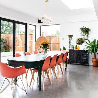 Diseño de salón abierto y ladrillo, moderno, grande, ladrillo, con paredes blancas, suelo de cemento, suelo gris y ladrillo