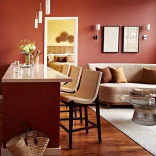 Kleines Modernes Wohnzimmer mit Hausbar, roter Wandfarbe, braunem Holzboden und Wand-TV in San Francisco