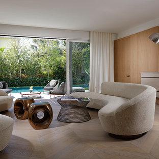 マイアミの中サイズのビーチスタイルのおしゃれなLDK (フォーマル、淡色無垢フローリング、横長型暖炉、ベージュの床、ベージュの壁、木材の暖炉まわり、テレビなし) の写真