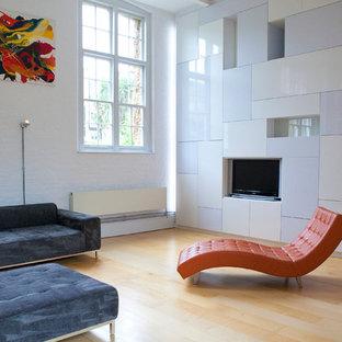 Immagine di un soggiorno minimal di medie dimensioni e chiuso con sala formale, pareti bianche e parete attrezzata