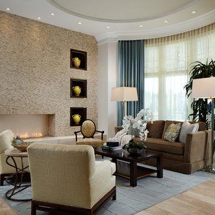 Esempio di un soggiorno design aperto con pareti beige, pavimento in bambù, camino lineare Ribbon e cornice del camino in pietra