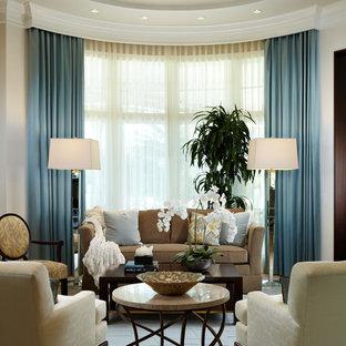 Esempio di un soggiorno classico aperto con pareti beige e pavimento in bambù