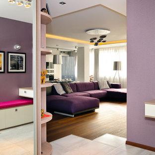 Aménagement d'un salon contemporain avec un mur violet.