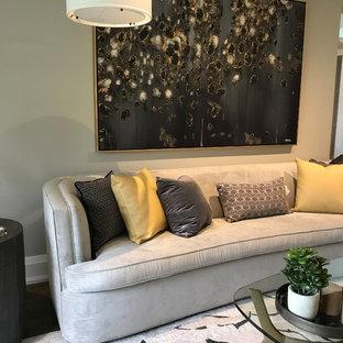 Inspiration för ett funkis vardagsrum, med grå väggar, mörkt trägolv, en spiselkrans i sten och lila golv