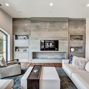 Idéer för ett modernt allrum med öppen planlösning, med ett finrum, grå väggar, mörkt trägolv, en bred öppen spis, en spiselkrans i trä, en inbyggd mediavägg och brunt golv