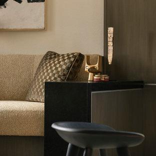 Esempio di un piccolo soggiorno contemporaneo aperto con pavimento in travertino, pavimento beige, sala formale, pareti bianche, camino bifacciale e cornice del camino in pietra