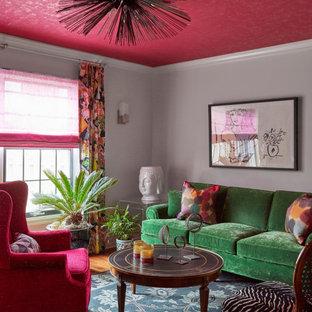 Mittelgroßes Modernes Wohnzimmer mit grauer Wandfarbe, braunem Holzboden und beigem Boden in Chicago