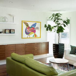 Foto på ett funkis allrum med öppen planlösning, med vita väggar