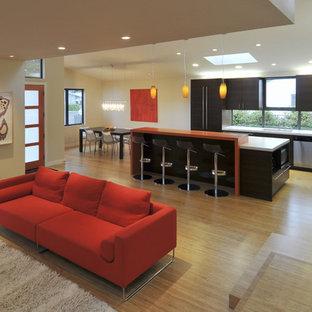 Esempio di un soggiorno contemporaneo aperto con pareti beige e pavimento in bambù
