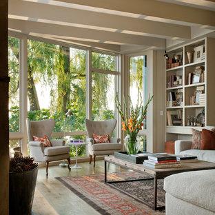 Klassisches Wohnzimmer mit braunem Holzboden in Seattle