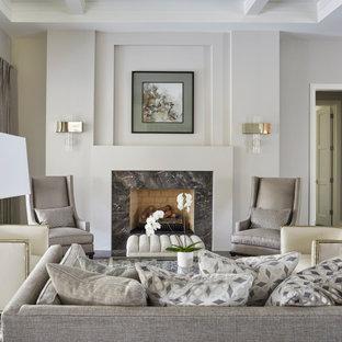 Repräsentatives, Fernseherloses, Großes, Offenes Klassisches Wohnzimmer mit grauer Wandfarbe, Kassettendecke, dunklem Holzboden, Kamin, Kaminumrandung aus Stein und braunem Boden in Chicago