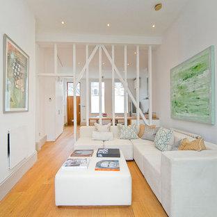 Esempio di un soggiorno contemporaneo chiuso con sala formale, pareti bianche, pavimento in legno massello medio, camino lineare Ribbon, cornice del camino in intonaco, nessuna TV e pavimento arancione