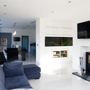 Offenes Modernes Wohnzimmer mit weißer Wandfarbe, Wand-TV und weißem Boden in Sonstige