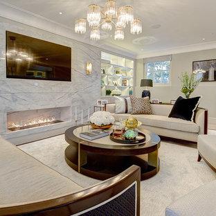 Diseño de salón para visitas abierto, contemporáneo, de tamaño medio, con paredes beige, suelo de madera clara, chimenea lineal y televisor colgado en la pared