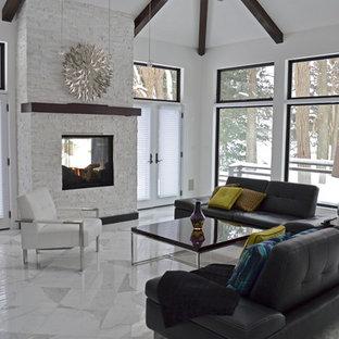 Immagine di un soggiorno design di medie dimensioni e aperto con sala formale, pareti bianche, camino bifacciale, cornice del camino in pietra, nessuna TV e pavimento in marmo