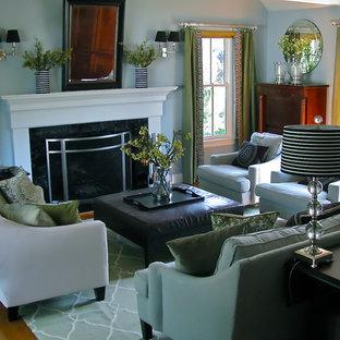 Esempio di un soggiorno contemporaneo con pareti blu e camino classico