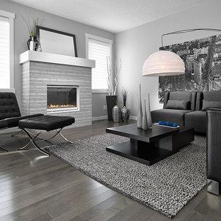 モントリオールの中サイズのコンテンポラリースタイルのおしゃれなLDK (フォーマル、グレーの壁、標準型暖炉、テレビなし、グレーの床、淡色無垢フローリング、レンガの暖炉まわり) の写真