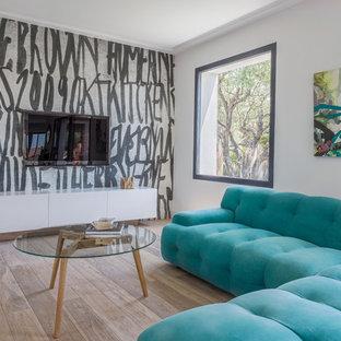 Idées déco pour un salon contemporain de taille moyenne et ouvert avec un mur multicolore, un sol en bois clair, un téléviseur fixé au mur et aucune cheminée.