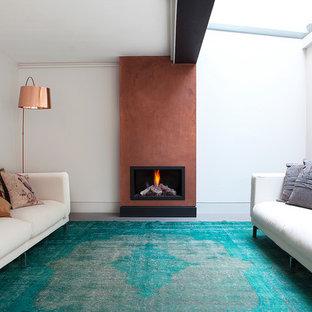 Foto di un soggiorno minimal chiuso con sala formale, pareti bianche, moquette, camino classico e pavimento turchese