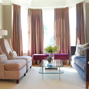Foto de salón para visitas cerrado, tradicional renovado, pequeño, con paredes grises y suelo de madera clara