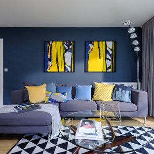 Idéer för mellanstora funkis separata vardagsrum, med blå väggar, ljust trägolv och brunt golv