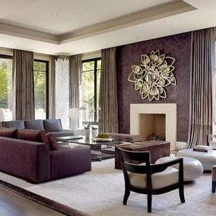 Modelo de salón contemporáneo, grande, con paredes púrpuras y chimenea tradicional