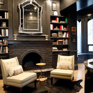 Inspiration för ett funkis vardagsrum, med ett bibliotek, svarta väggar och en standard öppen spis